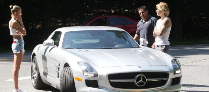 FOTOS & VIDEO: Hailey Baldwin e Justin Bieber tem problemas com o carro no Hamptons