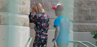 FOTOS: Hailey Baldwin e Justin Bieber embarcam em jatinho particular na Flórida
