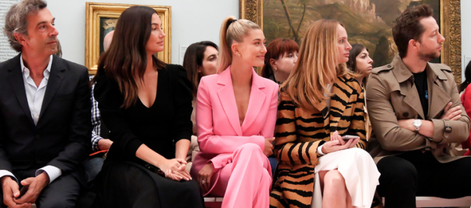 FOTOS & VÍDEOS: Hailey Baldwin no desfile da Carolina Herrera para o New York Fashion Week
