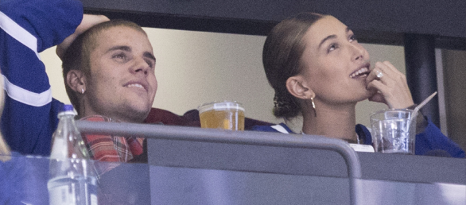 FOTOS & VÍDEOS: Hailey Baldwin e Justin Bieber assistem jogo do Toronto Maple Leafs na Scotiabank Arena