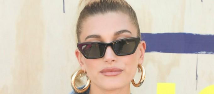 FOTOS & VÍDEOS: Hailey Bieber comparece ao 2º dia do Festival Coachella em Indio, CA