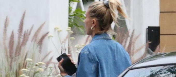 FOTOS: Hailey Bieber é vista chegando em sua casa de Beverly Hills