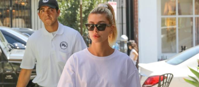 FOTOS & VÍDEOS: Hailey Bieber vai ao salão de beleza Nine Zero One